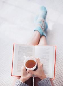 Ung kvinne som leser en bok